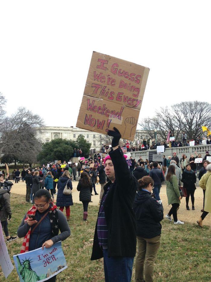 """رجل يحمل لافتة مكتوب عليها """"مثل هذه المظاهرات ستكرر نهاية كل أسبوع"""""""