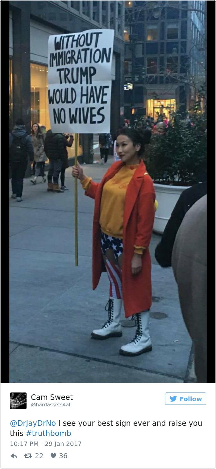 """فتاة تحمل لافتة مكتوب عليها """"إذا طبقت قرارك لن يكون هناك متزوجون فى أمريكا"""""""