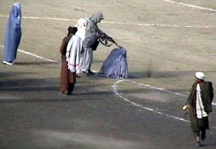 إعدام أحد الضحايا فى ملعب غازى