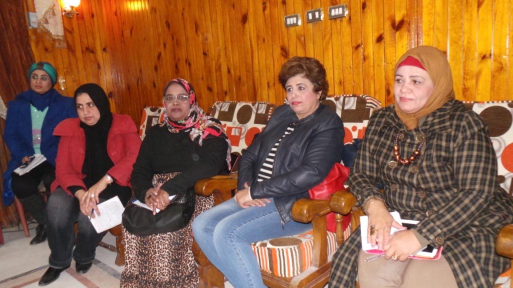 سيدات يناقشن غلاء تكاليف الزواج