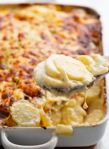البطاطس بالثوم والجبن البارميزان
