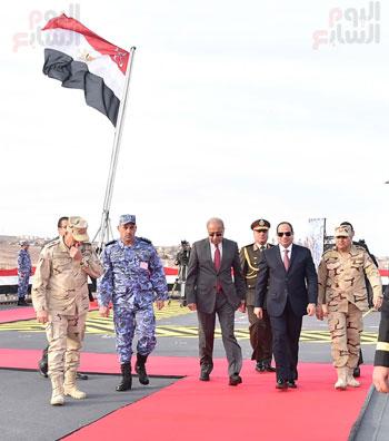 الرئيس السيسى ورئيس الوزراء ووزير الدفاع بعد رفع العلم المصرى فوق الميسترال