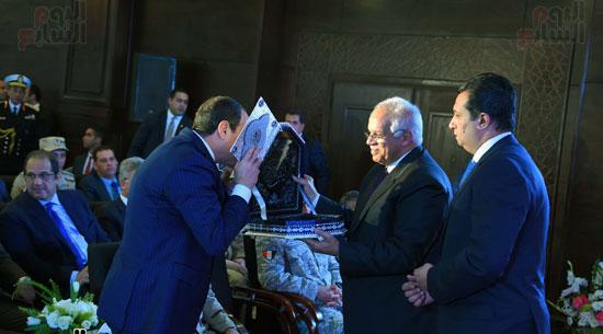 الرئيس السيسى يقبل المصحف الشريف