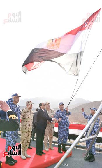 """الرئيس السيسى يرفع العلم المصرى على حاملة الطائرات المروحية """"جمال عبد الناصر"""""""