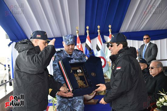 المصحف الشريف من قائد القوات البحرية هدية تذكارية للرئيس