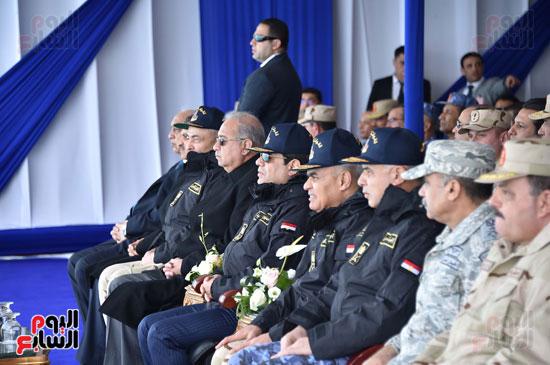 الرئيس السيسى بالزي العسكري خلال افتتاح قيادة الأسطول الجنوبى بالقوات البحرية