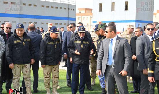 الرئيس السيسى بين رجال القوات المسلحة والمسئولين