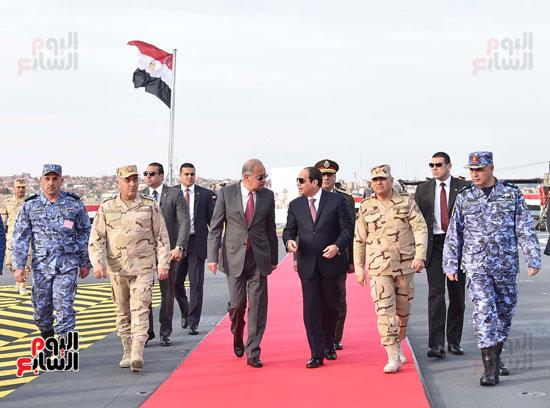 العلم المصرى يرفرف خلف الرئيس السيسى
