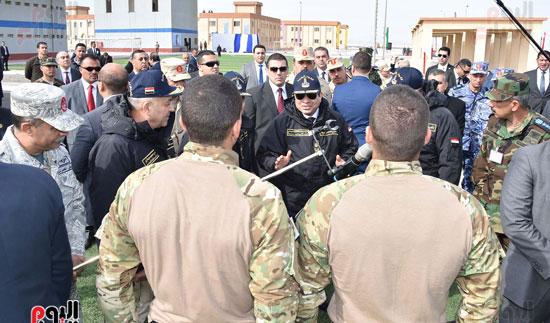 السيسى يتناقش مع أبطال القوات البحرية
