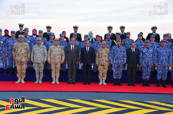 صورة للرئيس السيسى مع رجال القوات المسلحة عقب الافتتاحات بسفاجا