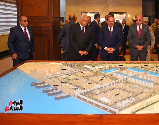 السيسى أمام ماكيت يظهر التطوير بالميناء