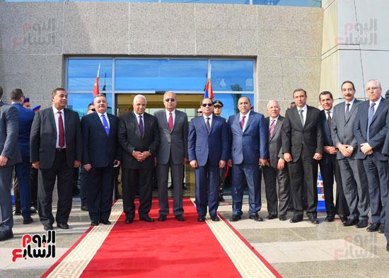 صورة تذكارية تجمع الرئيس بقيادات وزارة النقل وميناء سفاجا