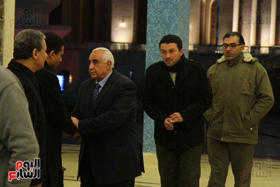 الإعلامى كرم جبر يتلقى العزاء فى زوجته بمسجد المشير طنطاوى