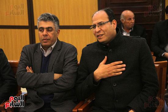 الكاتب الصحفى عادل السنهورى و عماد الدين حسين خلال العزاء