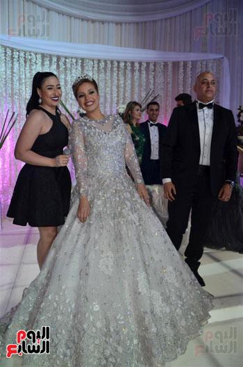 بوسى والعروسان