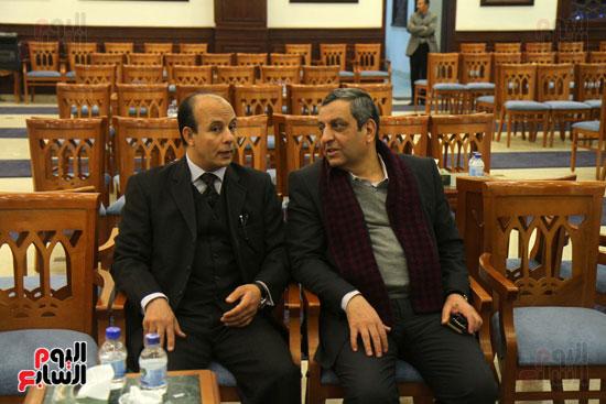 يحيى قلاش نقيب الصحفيين خلال مشاركته فى عزاء زوجة كرم جبر