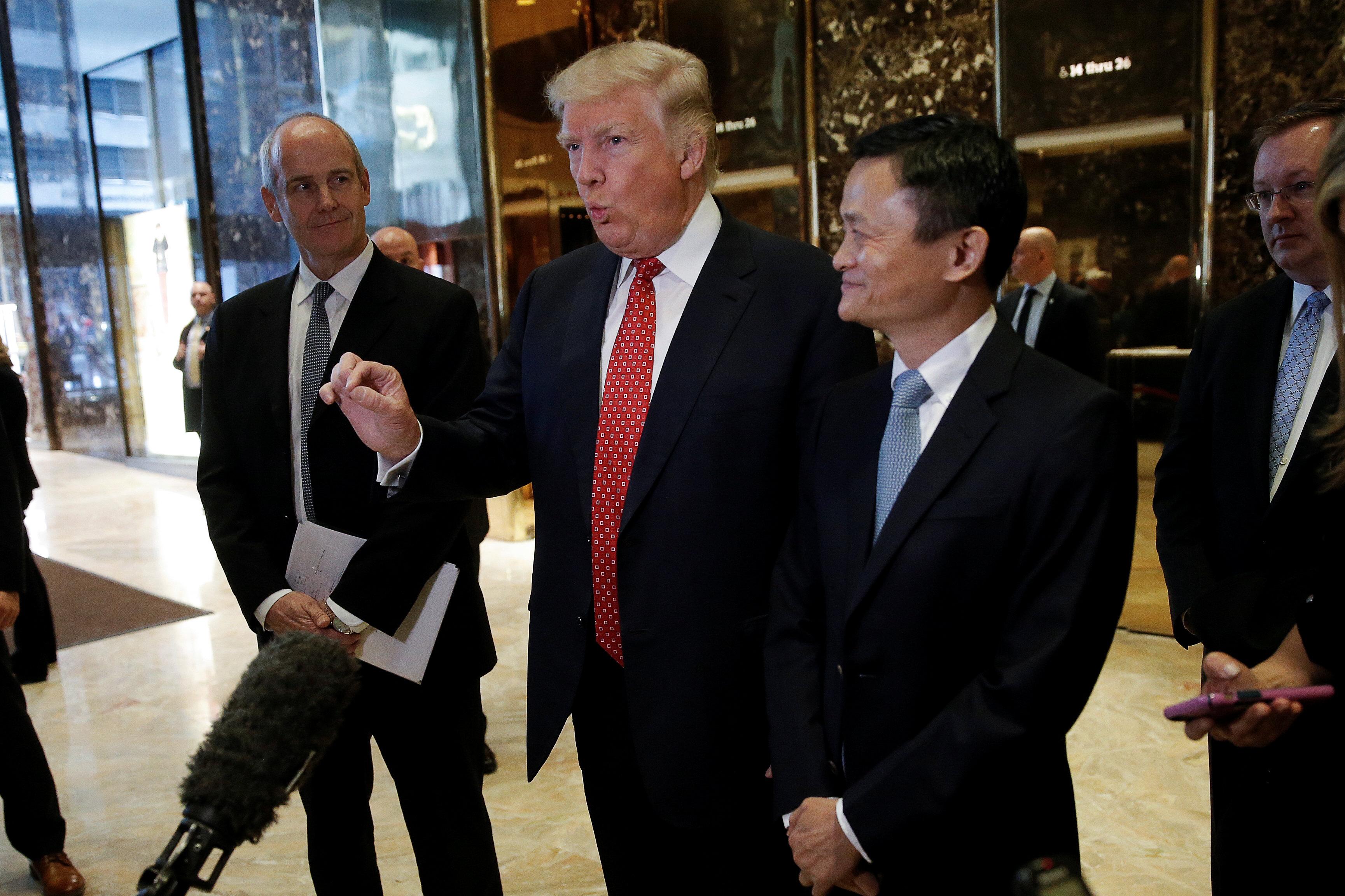 ترامب والرئيس التنفيذى لشركة على بابا الصينية يتحدثان لوسائل الإعلام