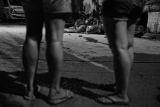 مواطنو باياتاس ينظرون إلى جثة على جانب الطريق فى ٣٠ نوفمبر الماضى.