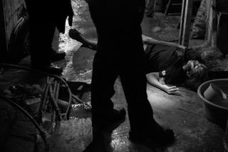 جثة ضحية لم يتم التعرف عليها فى مانيلا فى ٢٦ نوفمبر الماضى.