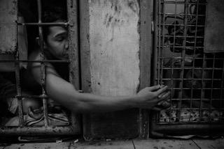سجين يمسك يد زوجته المسجونة فى سجن مالات فى ١٠ ديسمبر الماضى.