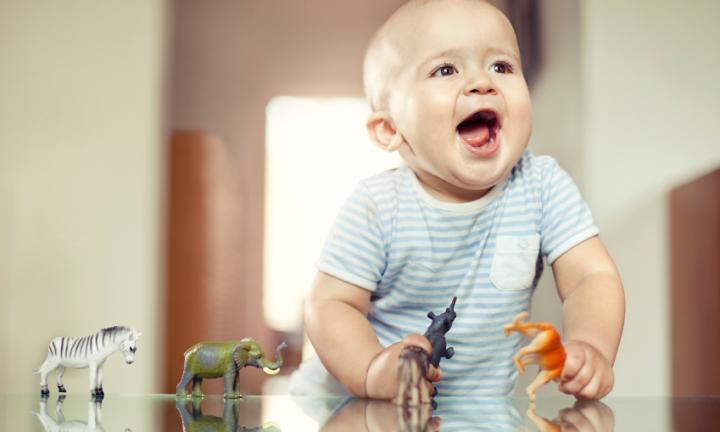 الألعاب تعزز مهارات طفلك فى الشهر التاسع