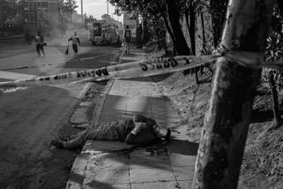 ضحية لحملة دوتيرتى وجدت على جانب الطريق فى منطقة نافوتاس بمانيلا فى ٣٠ نوفمبر الماضى.