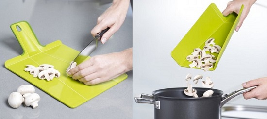 لوح تقطيع مرن يسهل عليكِ تفريغ محتوياته فى أوانِ الطبخ