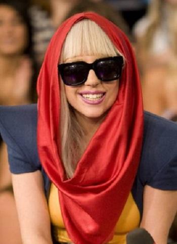 ليدى جاجا بالحجاب