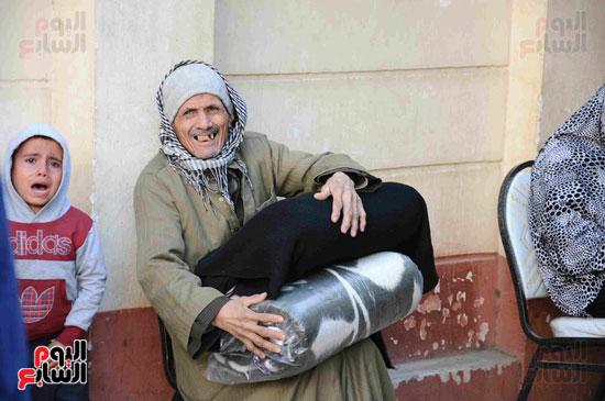 فرحة المواطن عقب استلامه بطانية