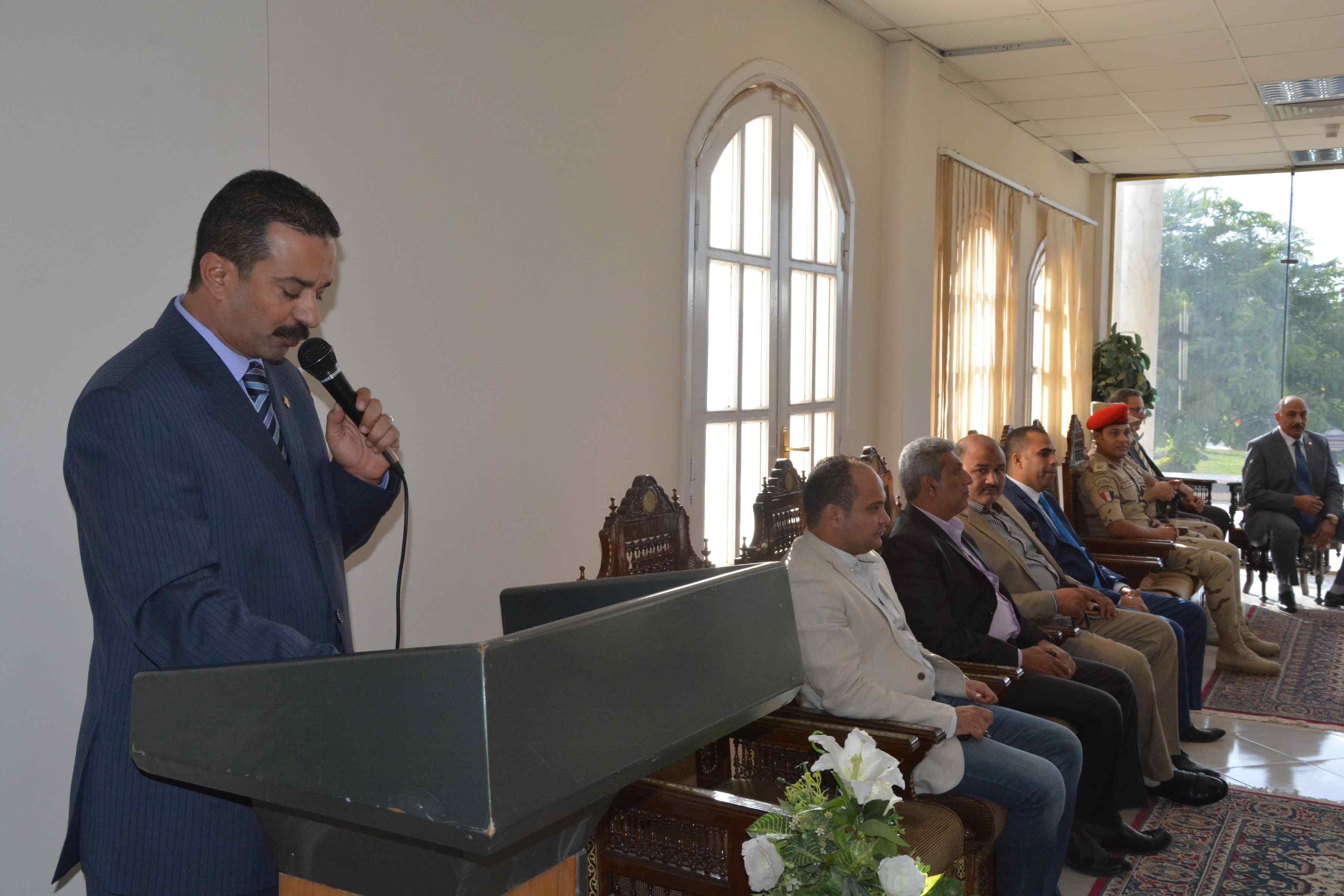 محافظ المنيا يكرم مدير منطقة التجنيد (4)