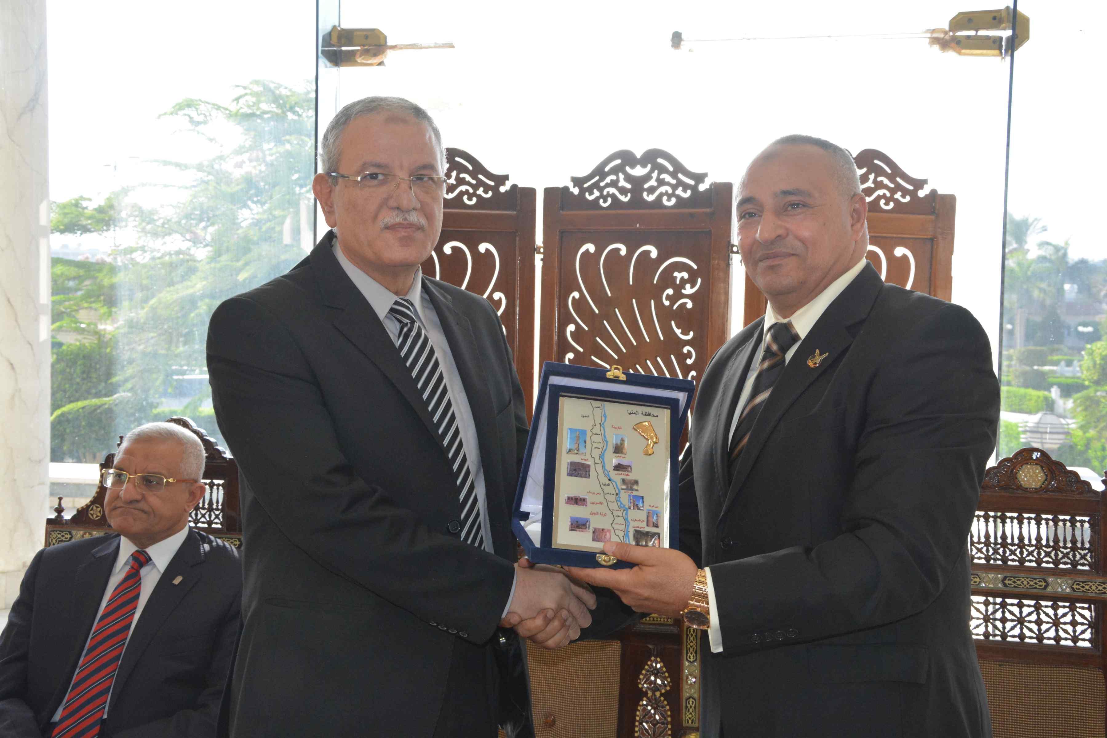 محافظ المنيا يكرم مدير منطقة التجنيد (3)