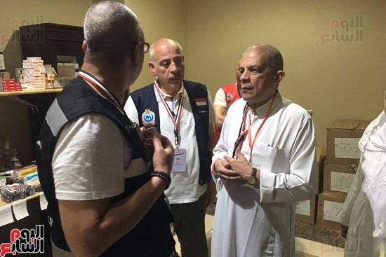 رئيس البعثة الطبية  يتشاور مع الفريق الوقائى حول اليات رصد الامراض