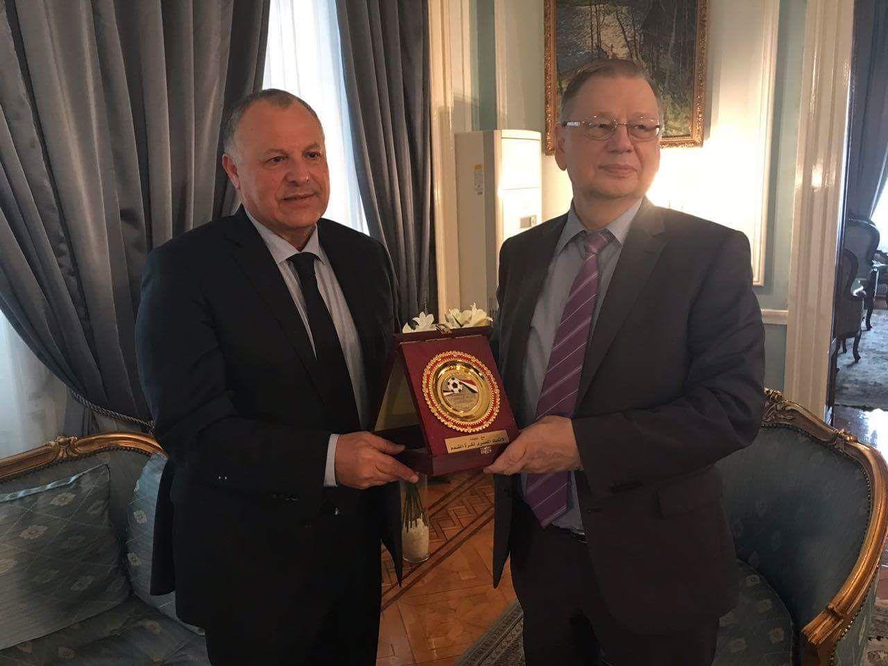 أبوريدة يهدي السفير الروسي درع اتحاد الكرة