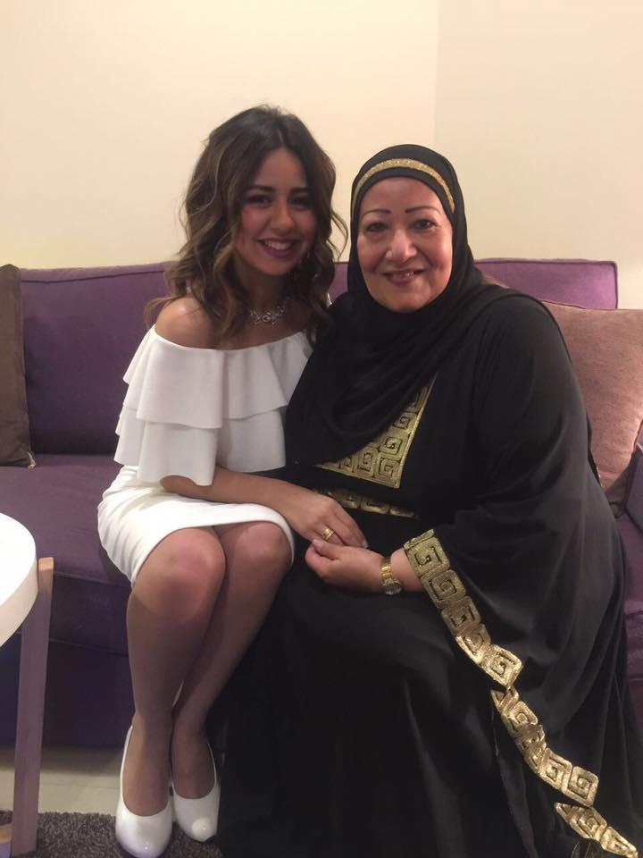 العروسة سارة برفقة والدتها