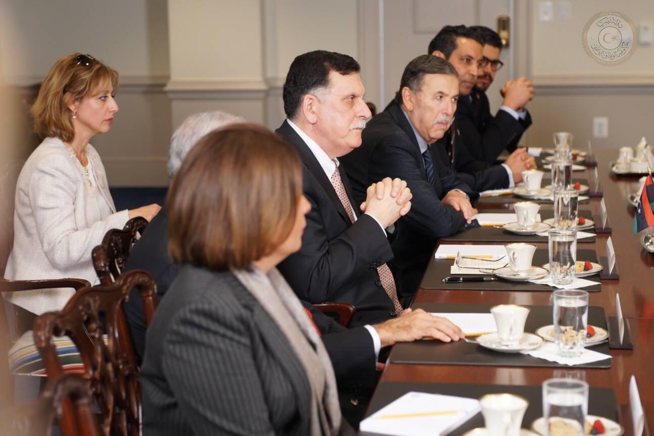 فائز السراج والوفد الليبى خلال اجتماع مع وزير الدفاع الأمريكى
