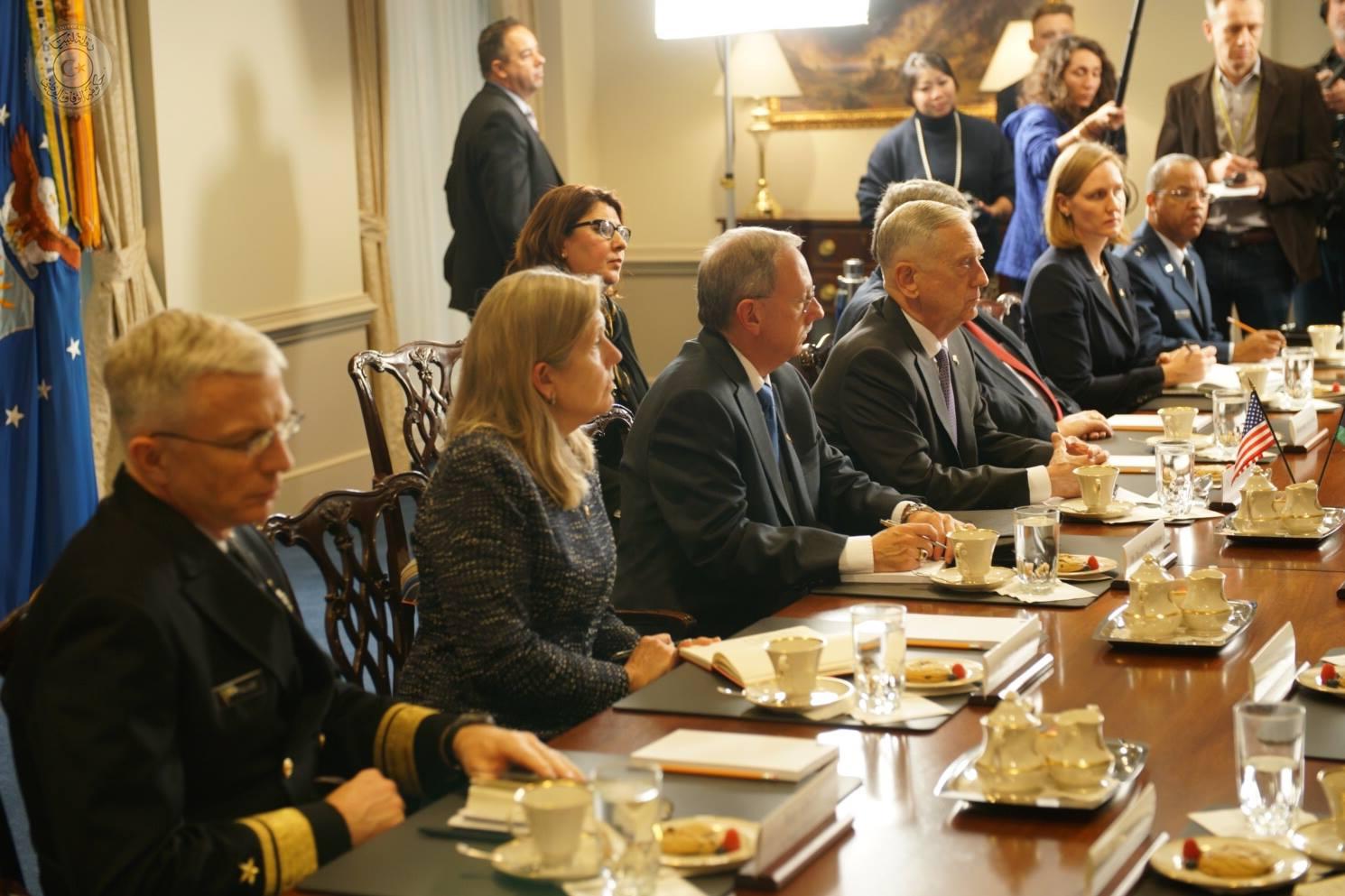 الوفد الأمريكى خلال اجتماع مع الوفد الليبى