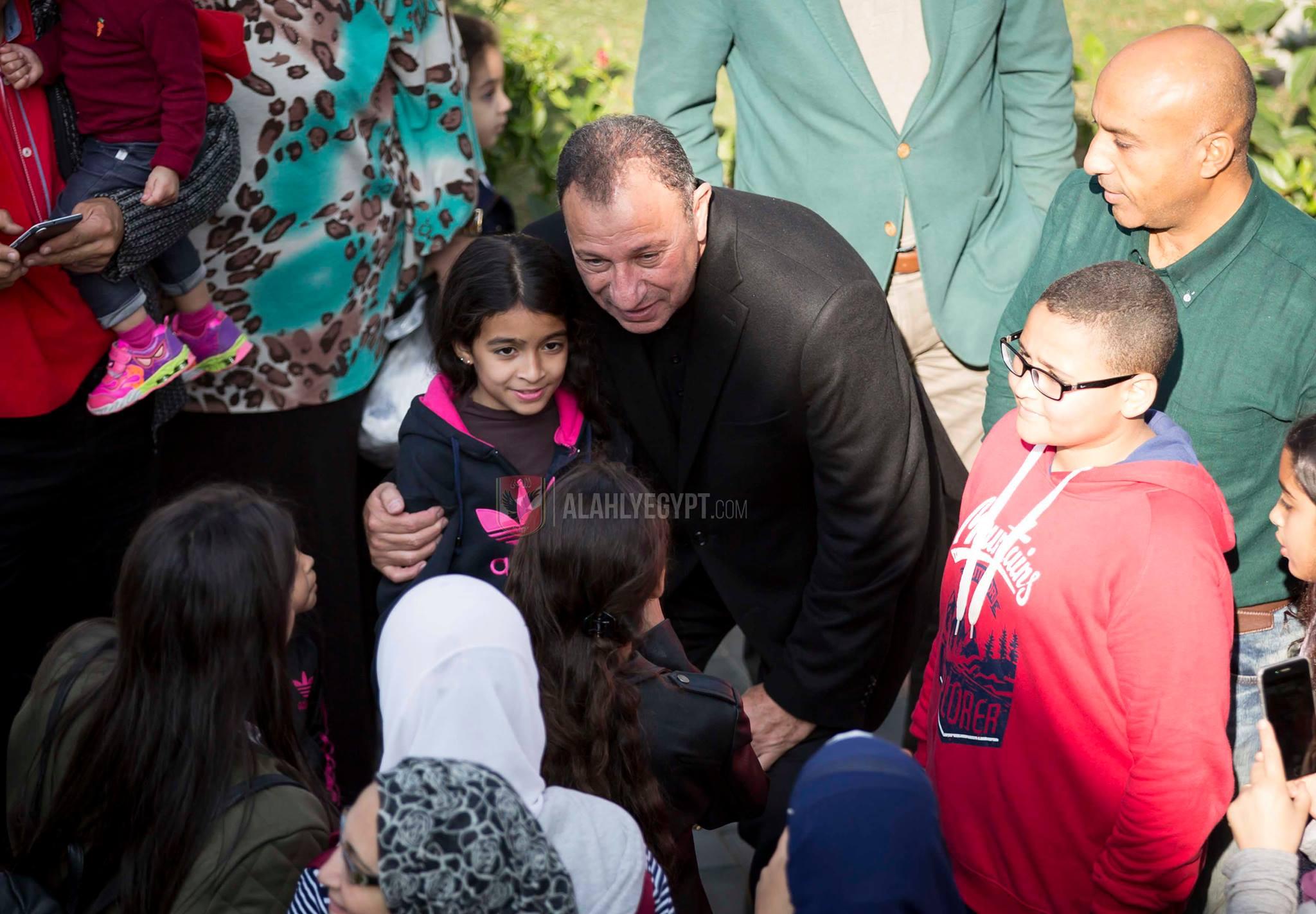 الاعضاء يلتقطون صور مع محمود الخطيب رئيس النادي
