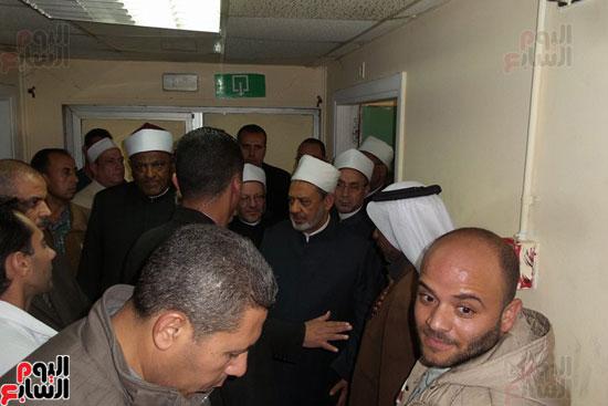 شيخ الازهر والمفتى ووزير الاوقاف داخل مستشفى جامعة قناة السويس