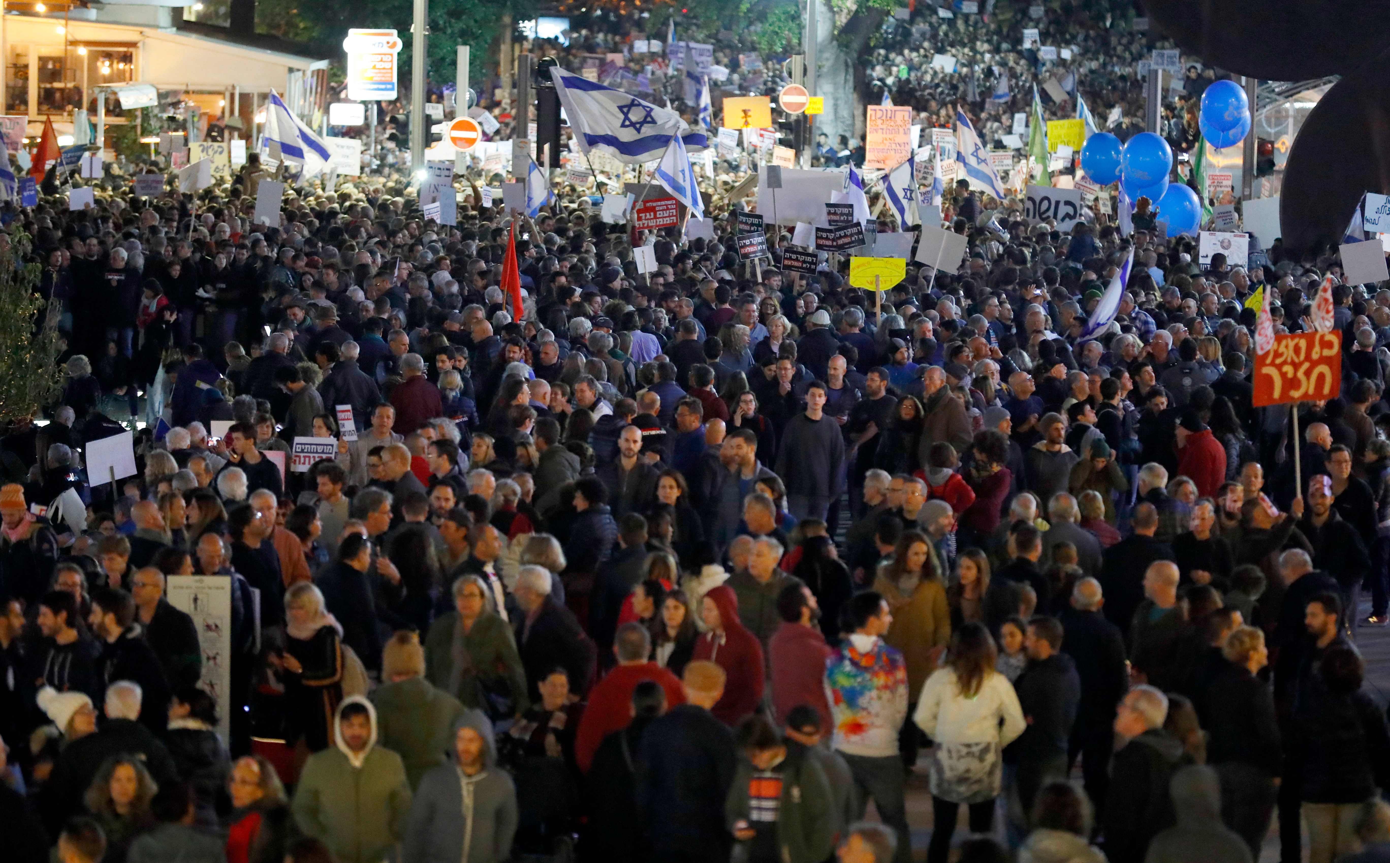 آلاف المحتجين تطالب بإقالة نتنياهو