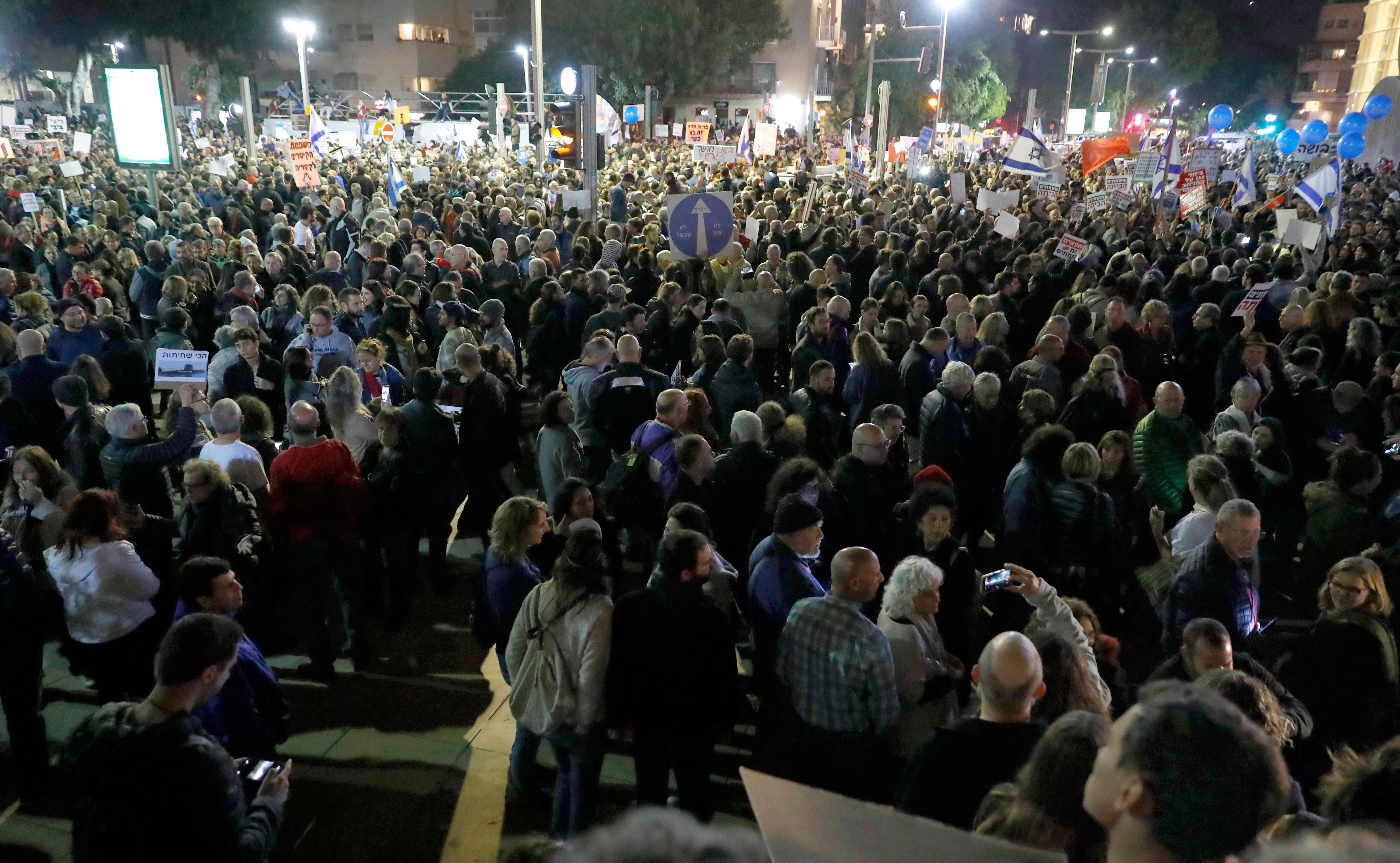 آلاف الاسرائيليين يحتجون فى تل أبيب