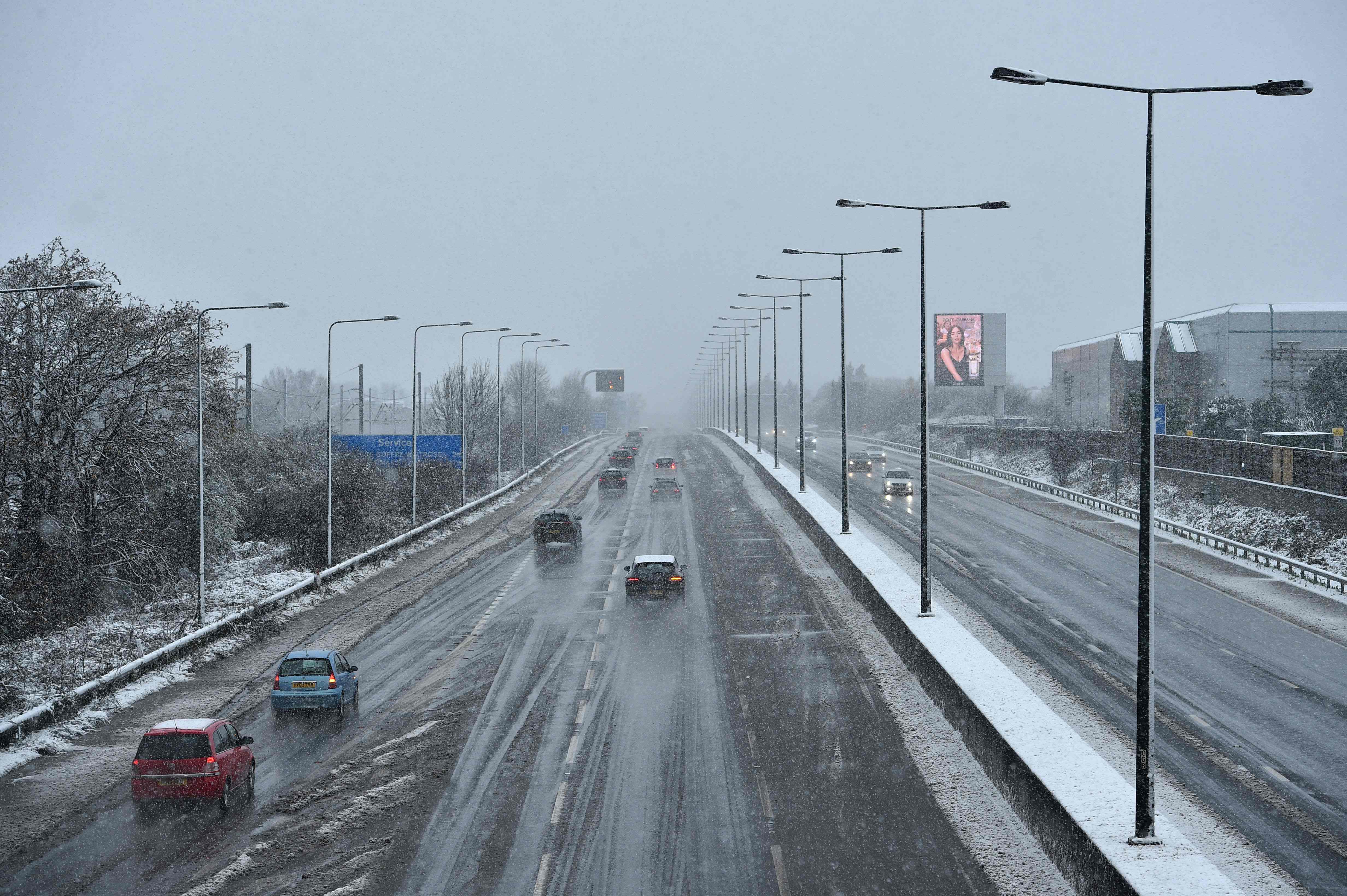 الثلوج الكثيفة تعرقل حركة النقل والسير فى أوروبا 1314224-الثلوج-في-بر