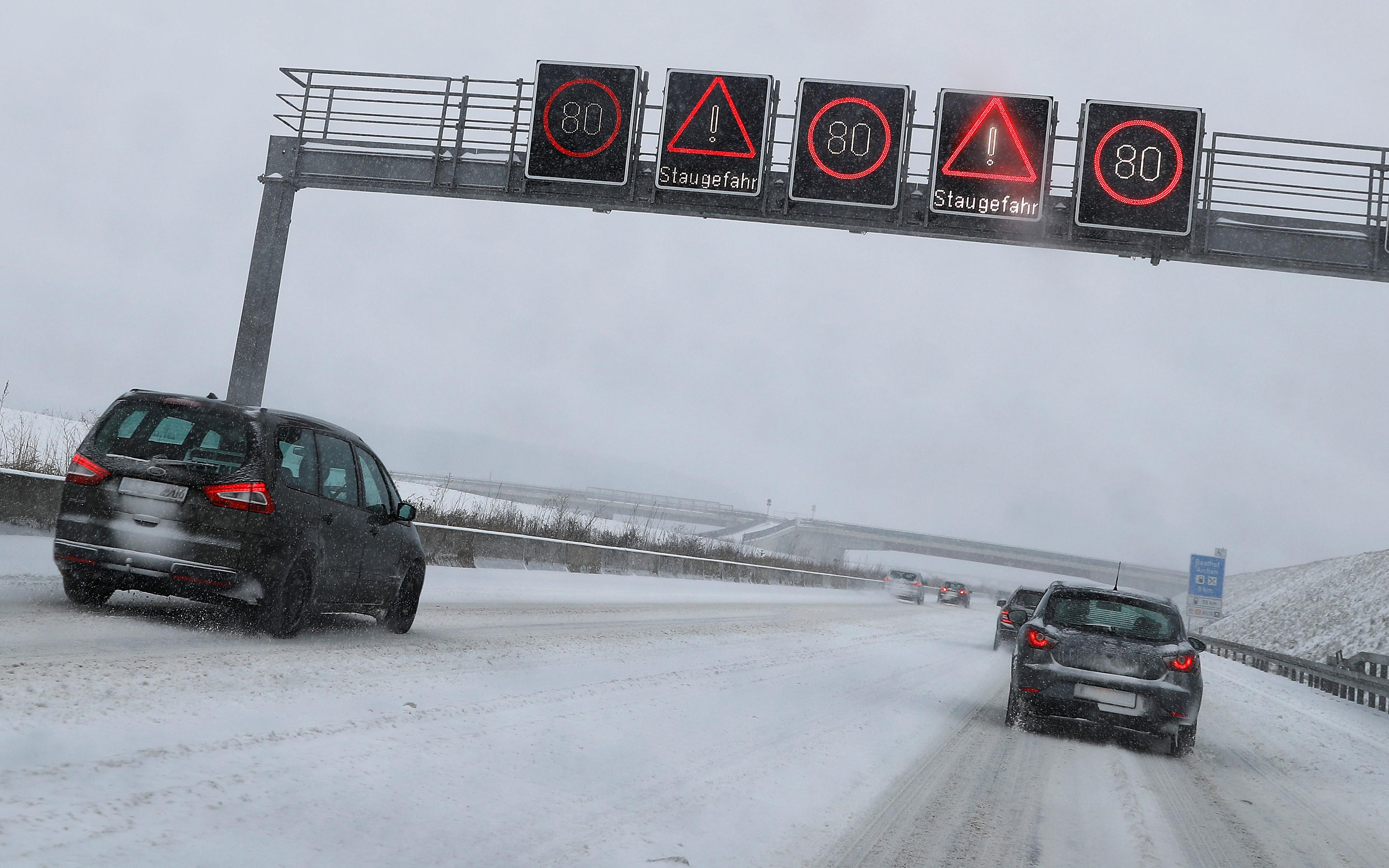 الثلوج الكثيفة تعرقل حركة النقل والسير فى أوروبا 2356560-حركة-السيارا