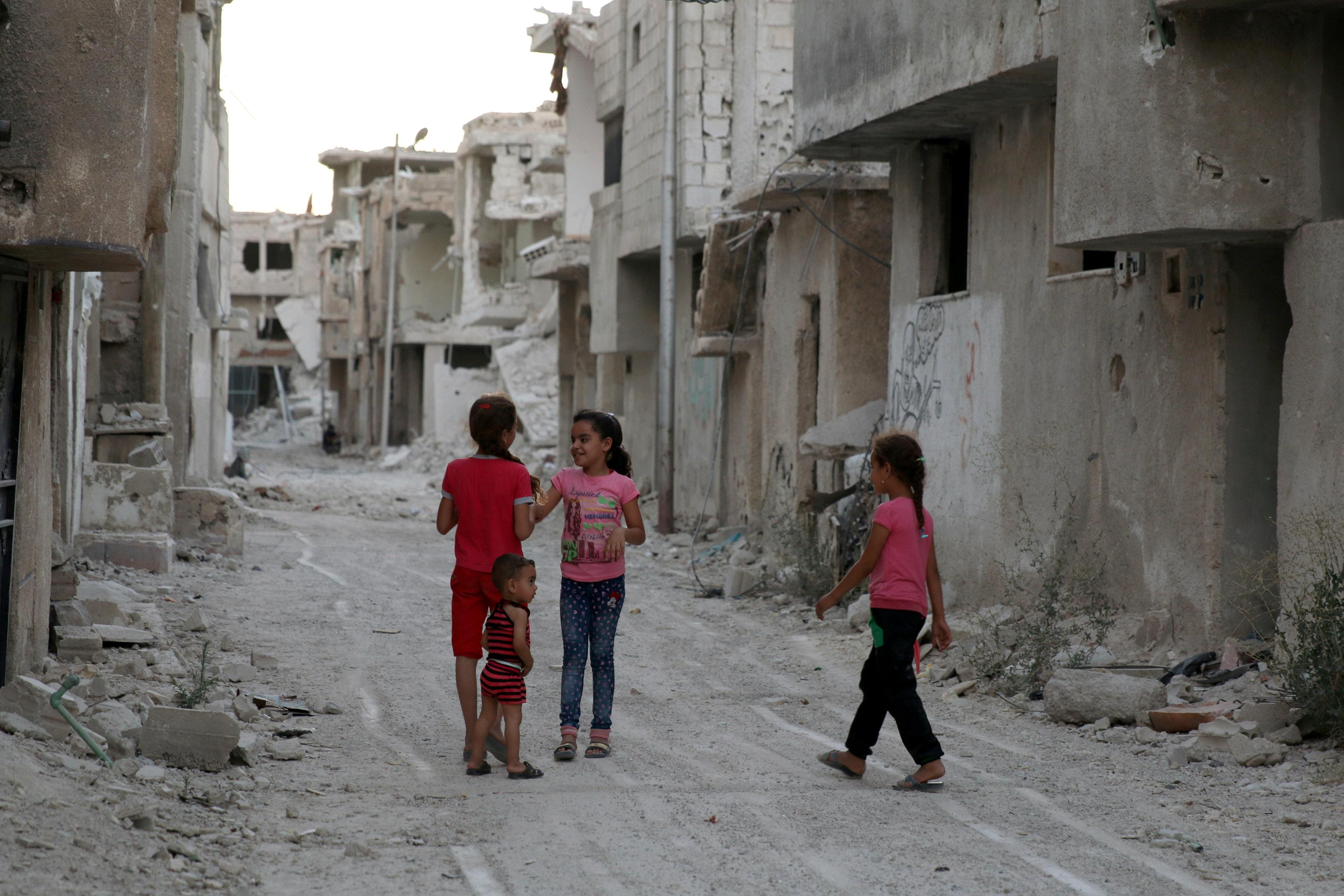 1294675-أطفال-سوريا-وسط-مبانى-المدينة-المدمرة