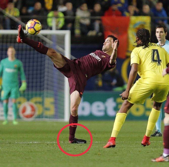 بوسكيتس خلال استلام إحد الكرات الخطيرة فى مباراة برشلونة وفياريال