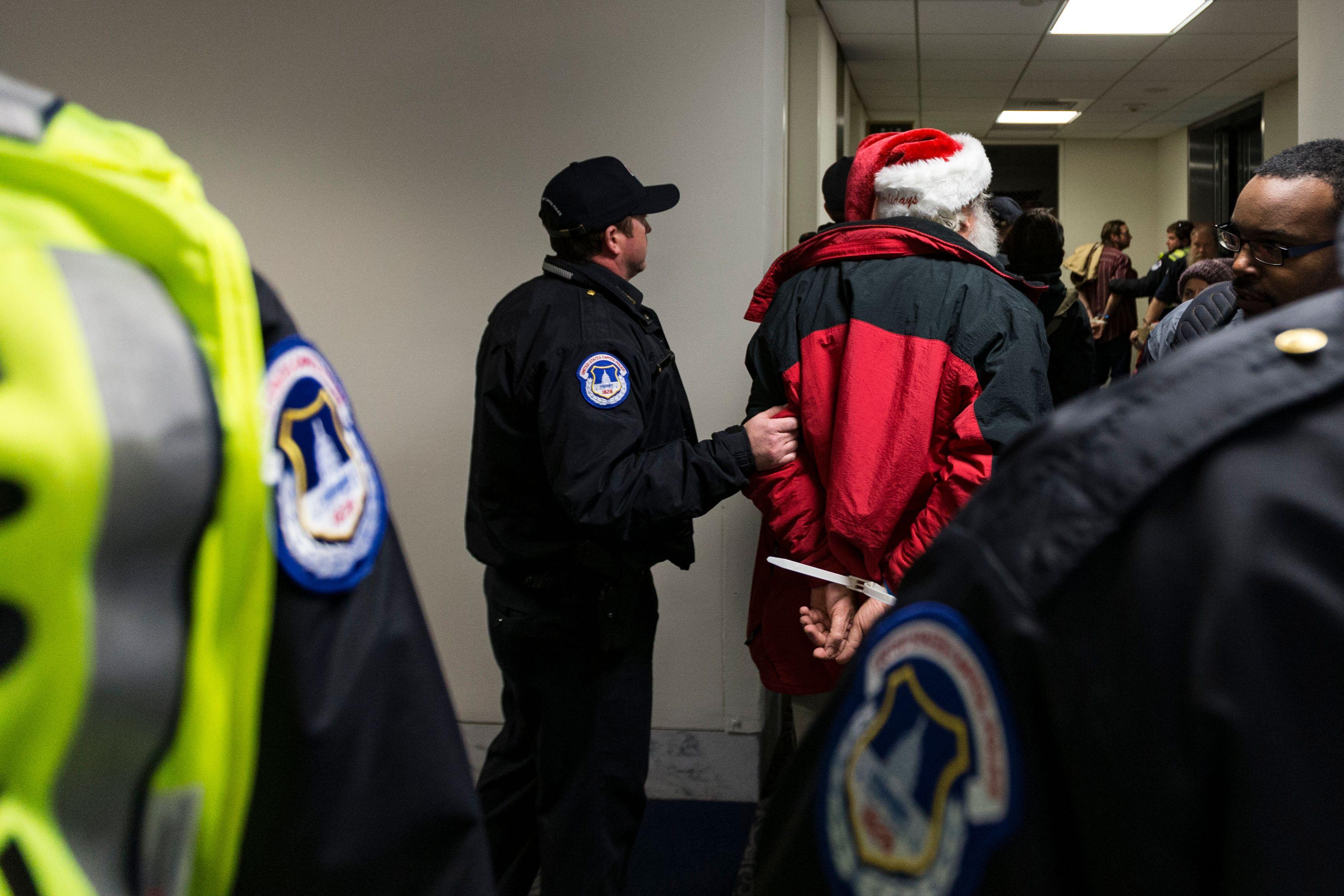 الشرطة الأمريكية تعتقل معتصمين معارضين لقانون الإصلاح الضريبى بالكونجرس