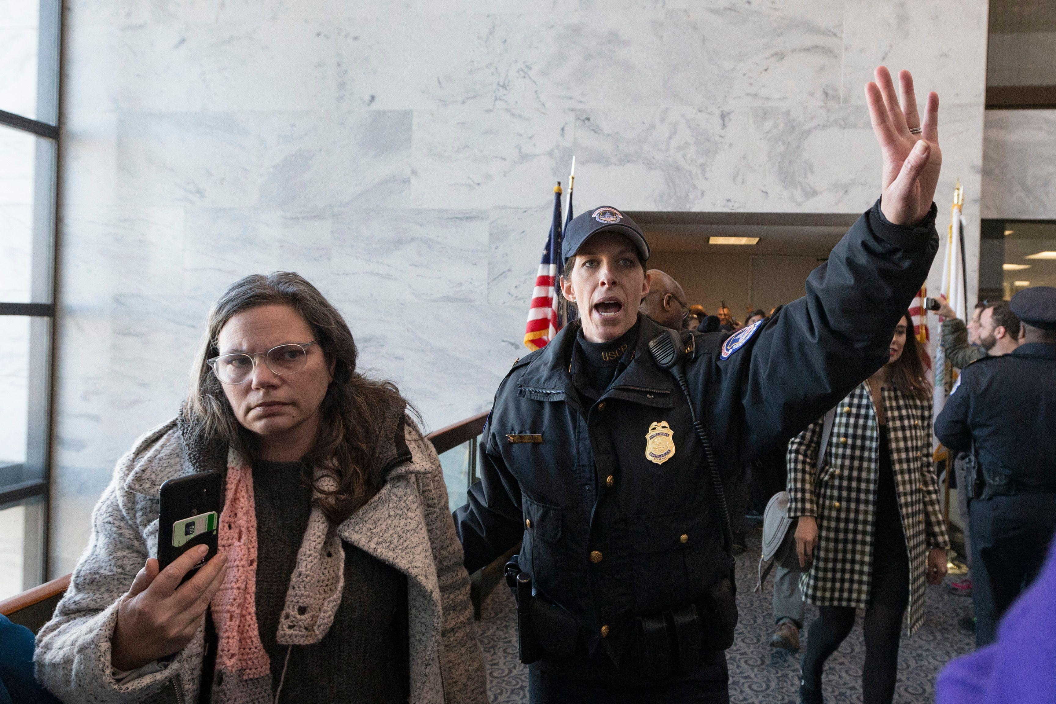 شرطى أمريكى يواجه المعتصمين