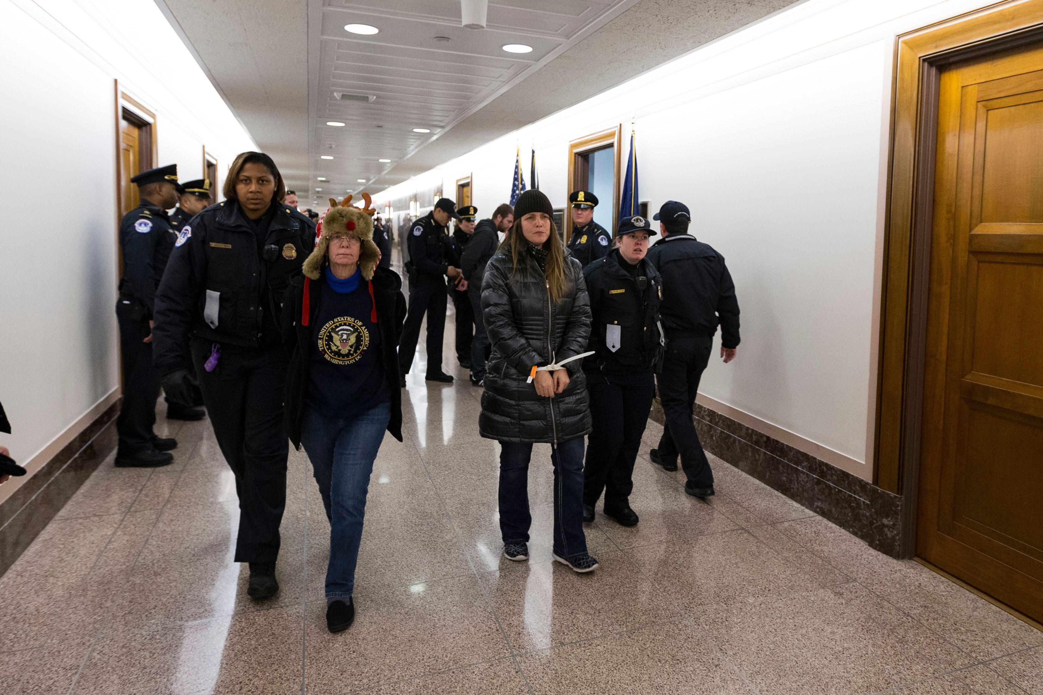 معارضون لقانون الإصلاح الضريبى ورجال الشرطة الأمريكية
