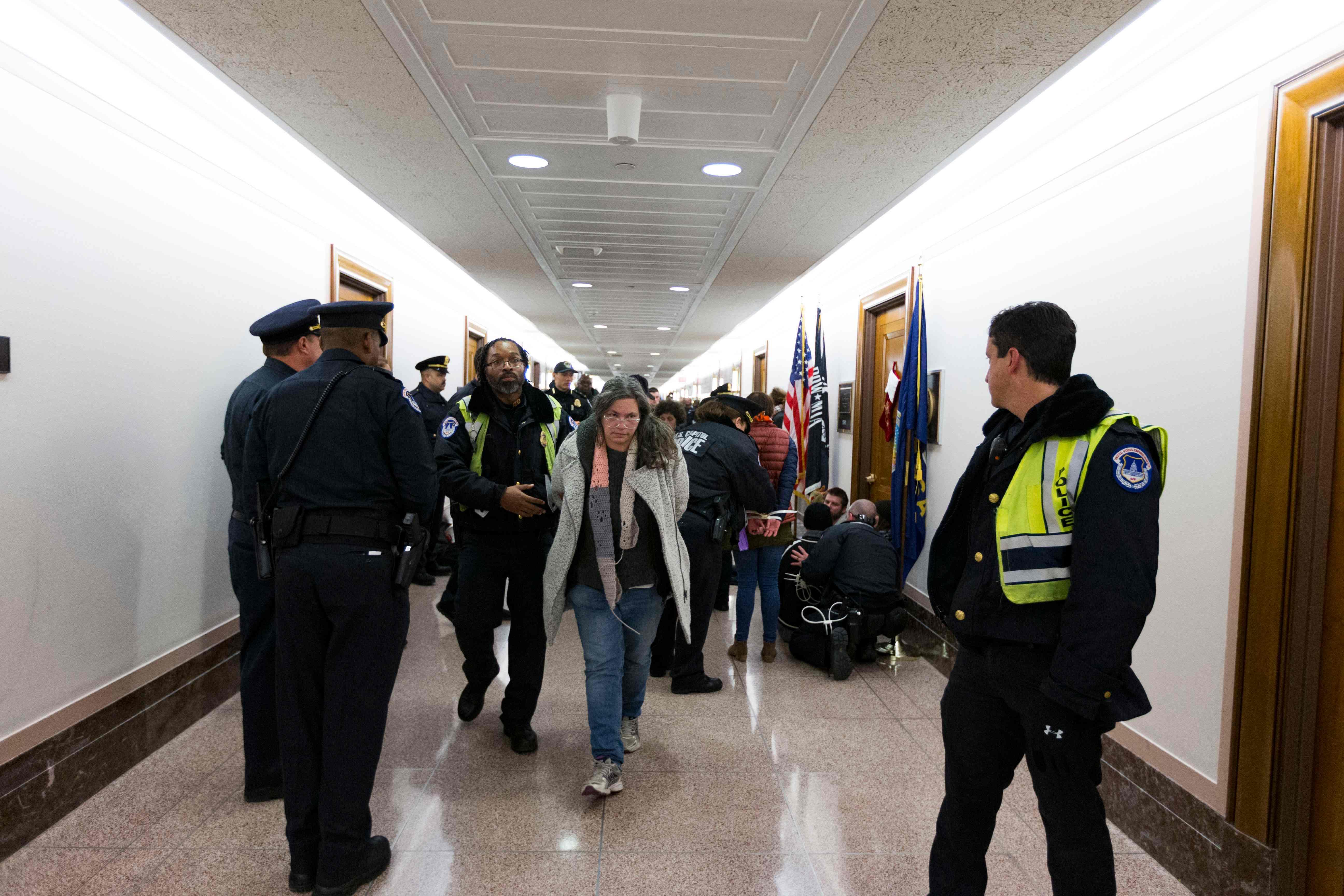 الشرطة الأمريكية تفرق المعتصمين