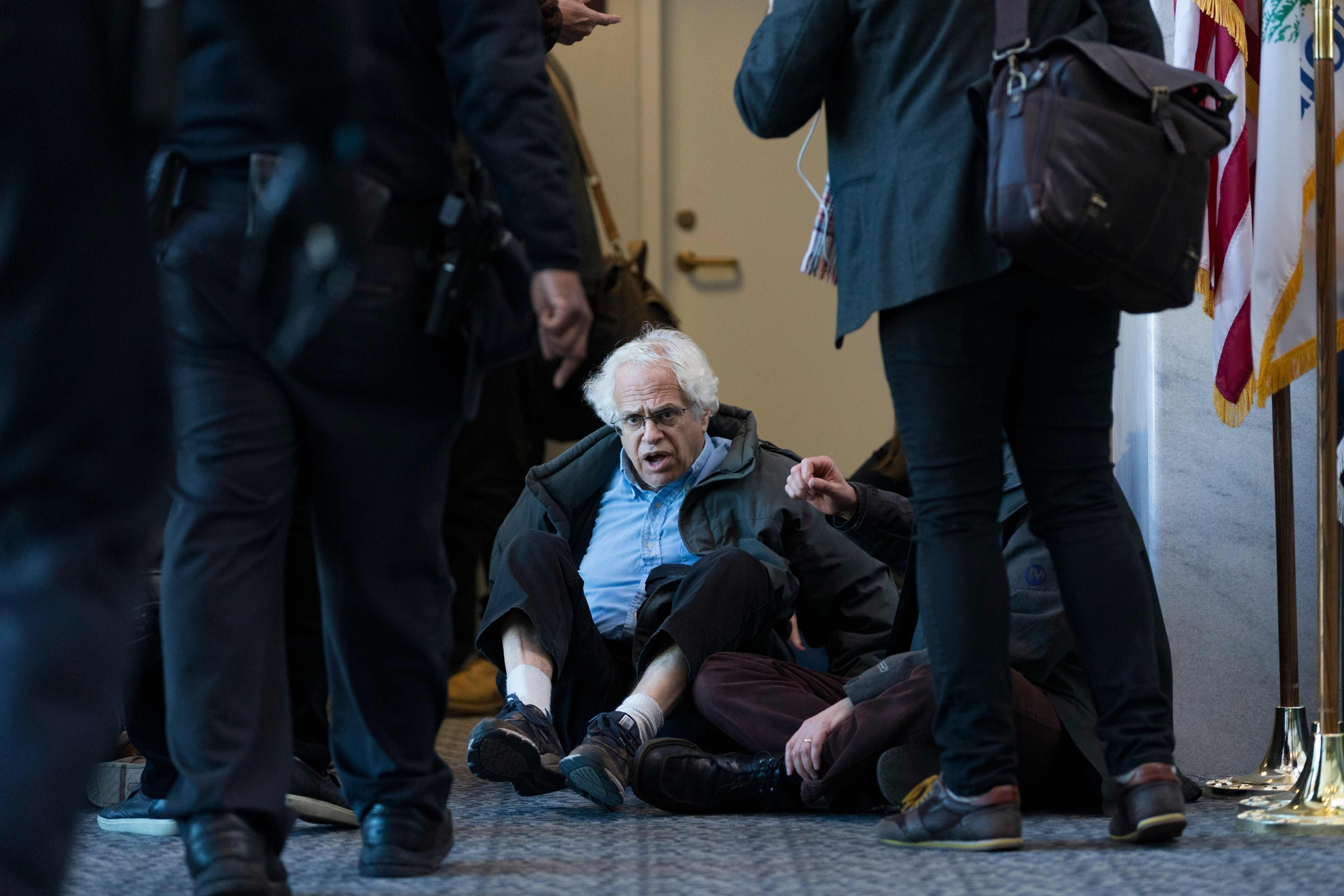 أحد المعتصمين داخل الكونجرس