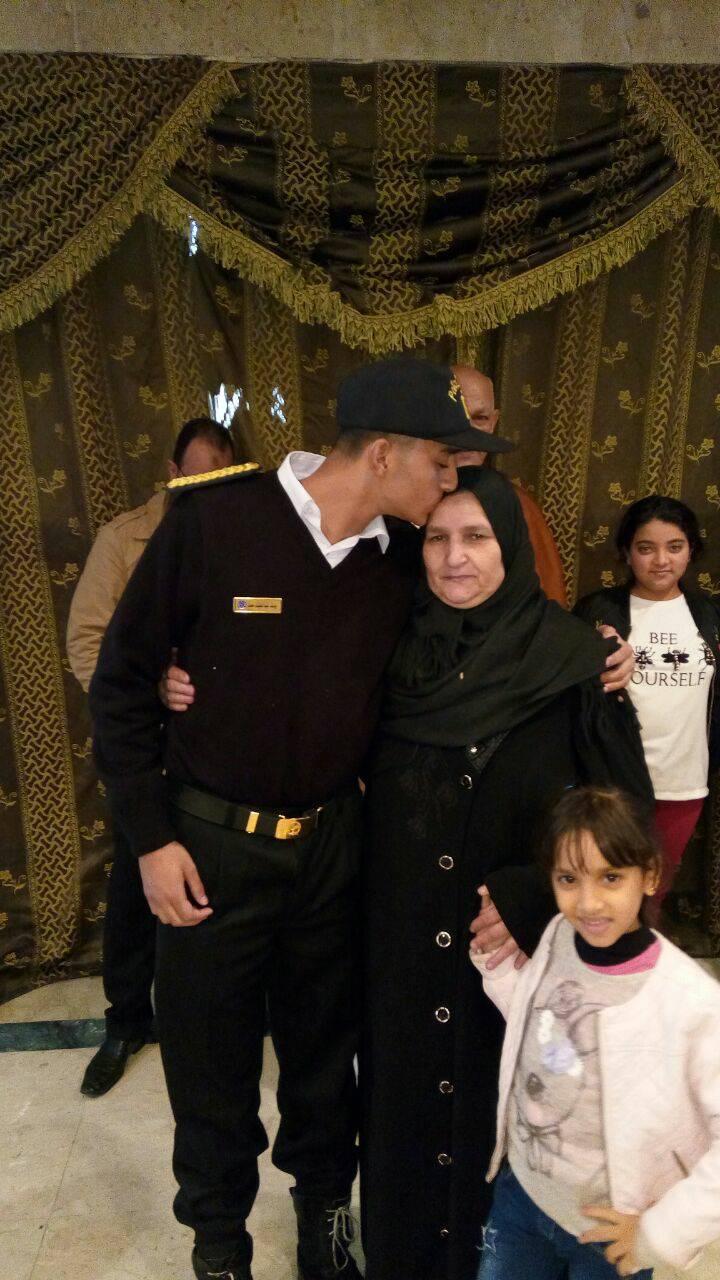 2 يوسف الطالب بالفرقة الأولى بأكاديمية الشرطة شقيق الشهيد يقبل رأس والدته